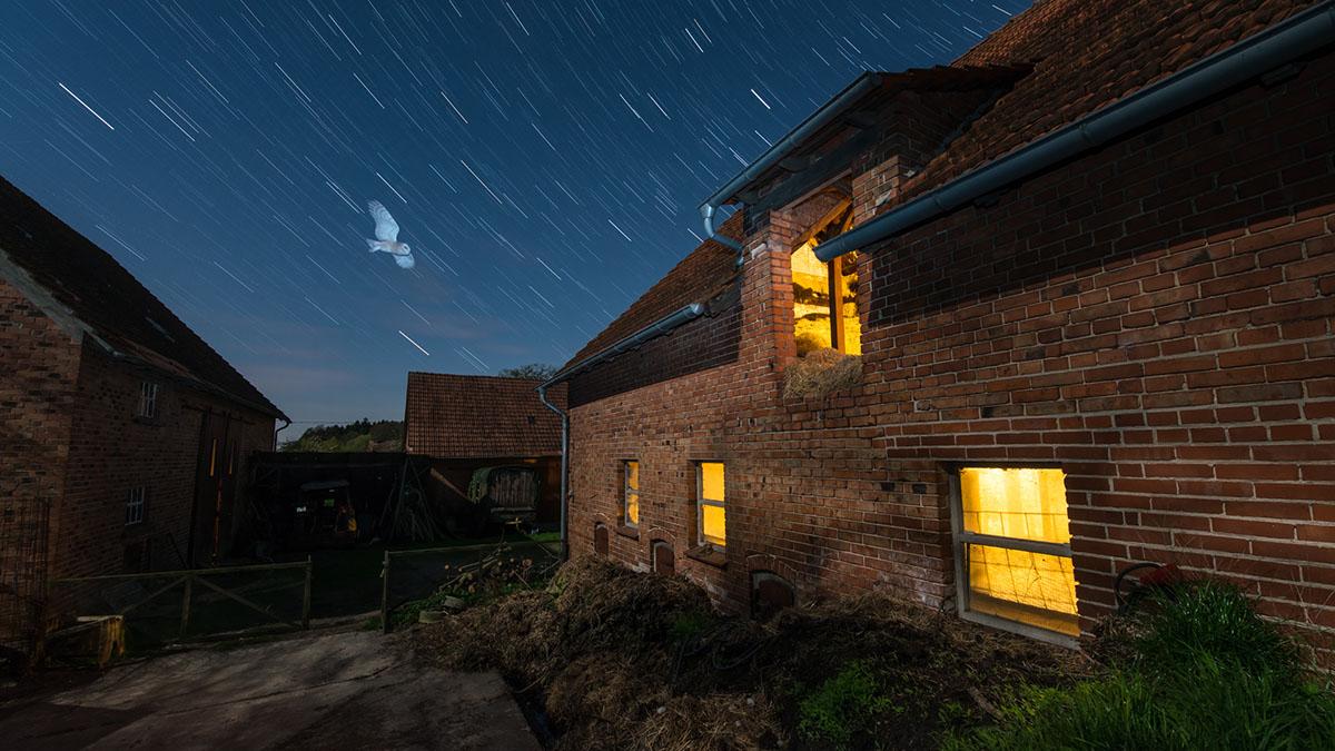 """""""Bauernhof"""". Über den Misthaufen hinweg fliegt die Eule in die Scheune.  Mit der ersten Aufnahme habe ich die Eule fotografiert, anschließend  noch 23 Mal den Sternenhimmel."""