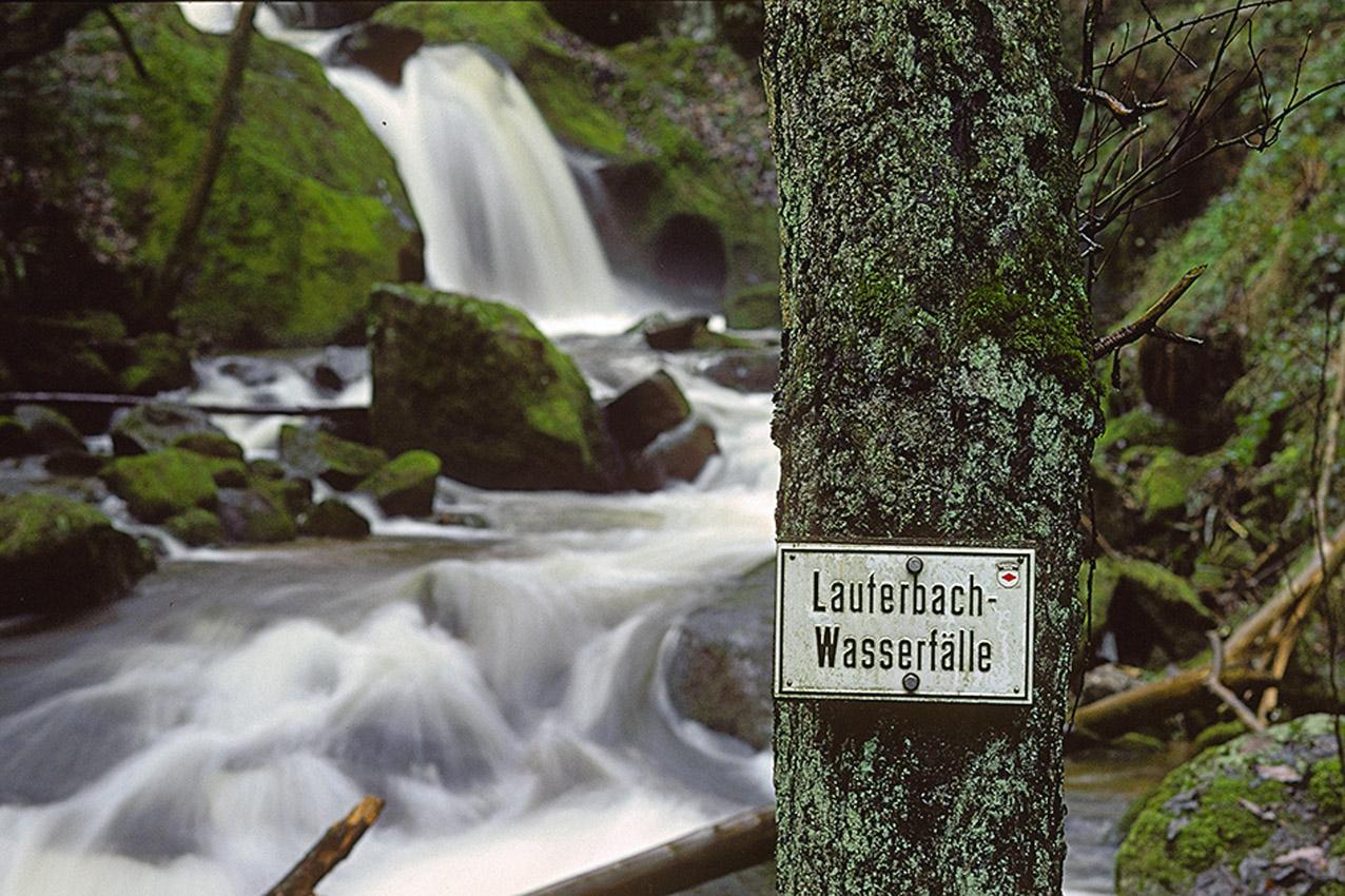 Die zwischen Schramberg und Lauterbach gelegenen Lauterbachwasserfälle sind nicht sonderlich spektakulär und um dort spannende Bilder machen zu können, muss man sich schon viel Zeit nehmen und das Terrain sorgfältig studieren. Aber es bedarf eben nicht immer der überwältigenden Landschaften, um interessante Bilder zu machen. Solche eher unscheinbaren Naturkleinode finden sich überall.