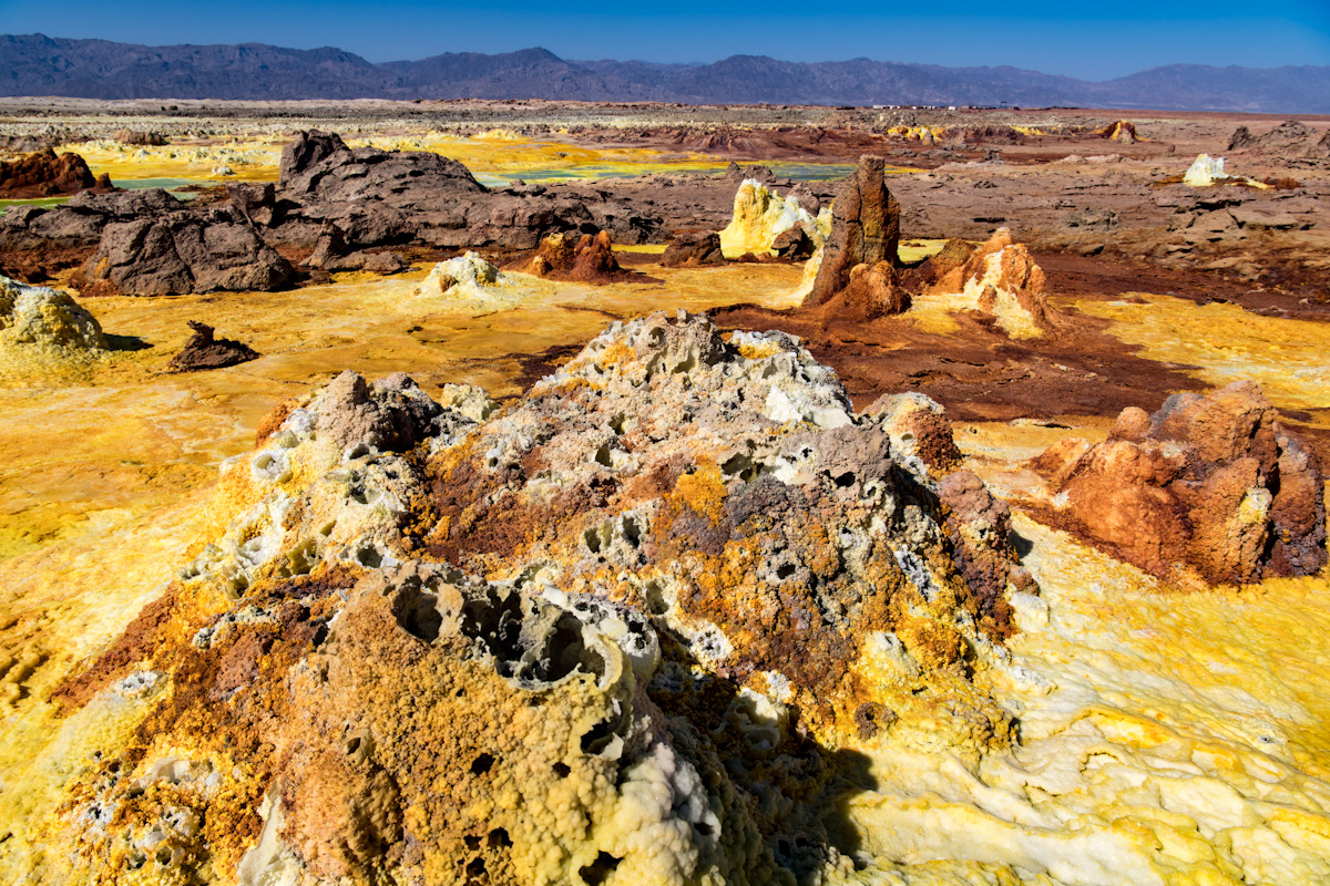 Das Dallol liegt in der Danaki Depression Äthiopiens. Das Salz wird durch Schwefel und Kaliumsalze eingefärbt. Nirgendwo auf der Erde herrschen höhere Durchschnittstemperaturen.