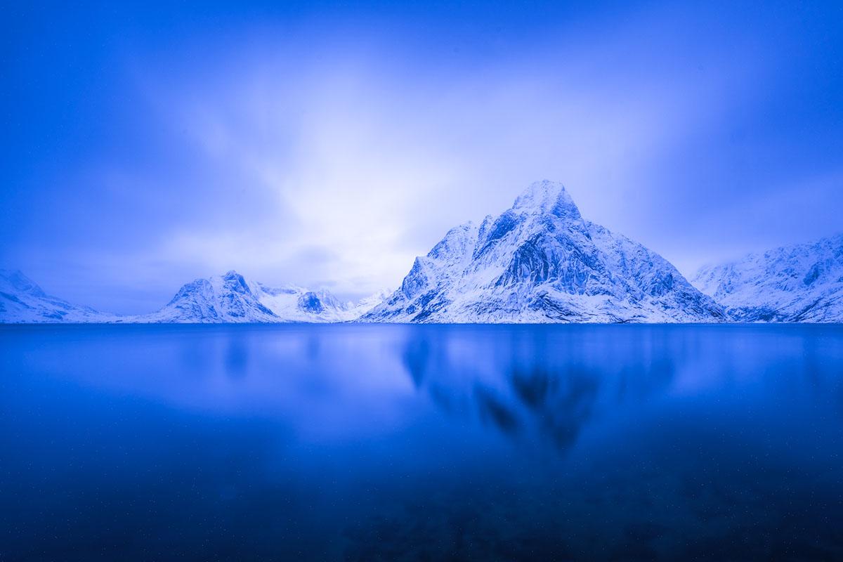 »Three«. Was lange währt … fängt möglicherweise die Essenz eines Ortes ein. Eine Langzeitbelichtung am Reinefjord schafft eine Synthese aus Landschaft, Licht, Stille und Zeit.